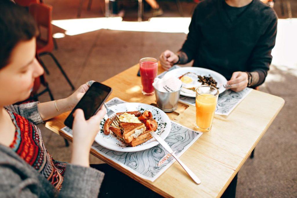 Mehr als die Hälfte nutzt das Smartphone beim Essen