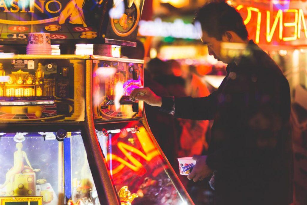 Smartphones können für eine überhöhte Dopaminausschüttung sorgen wie Gambling