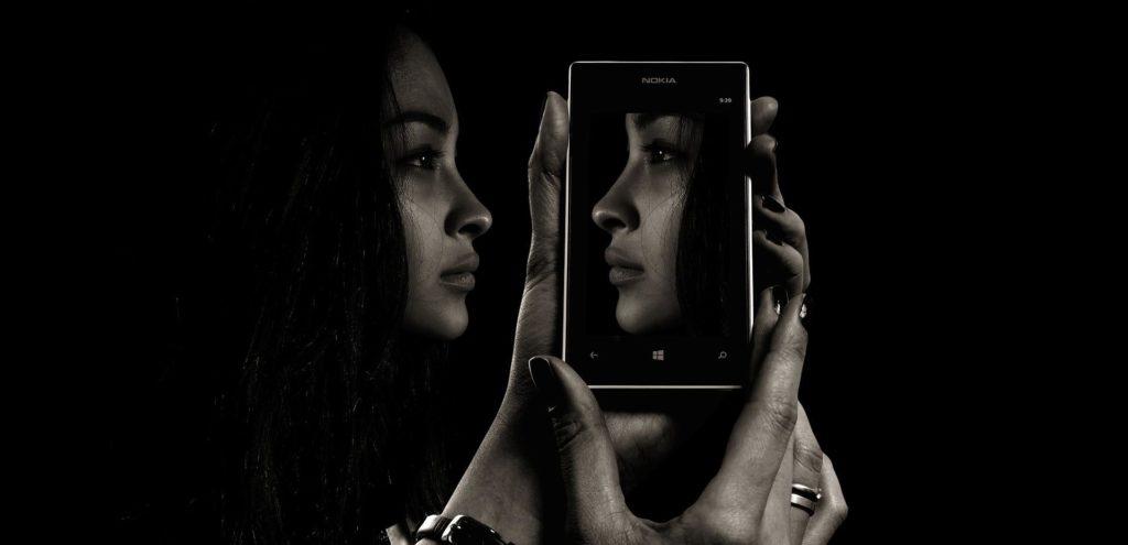 Gefahr von Selbstwahrnehmungsstörung durch zu viel Smartphone